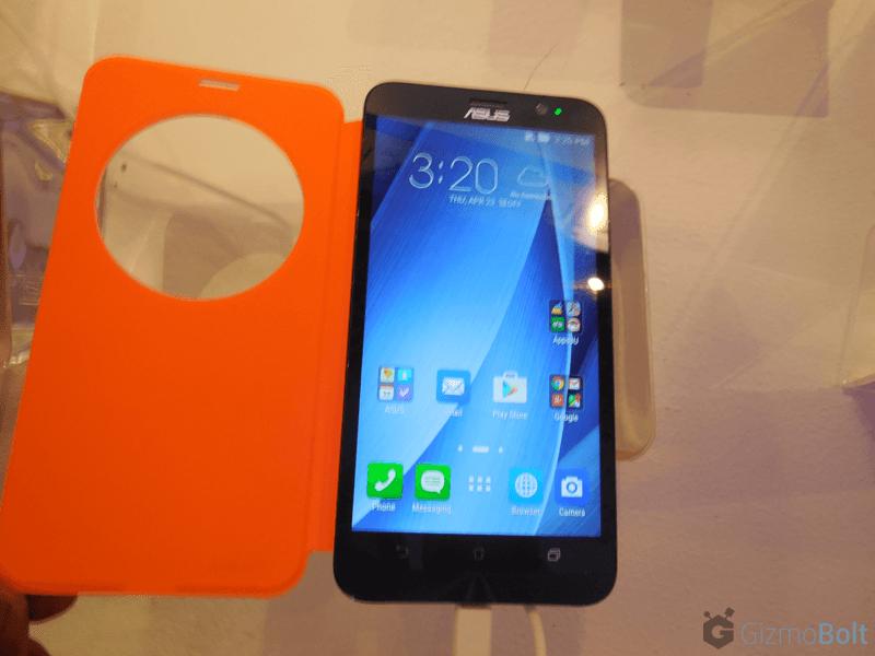 Zenfone 2 View Flip Cover Deluxe in White hands on