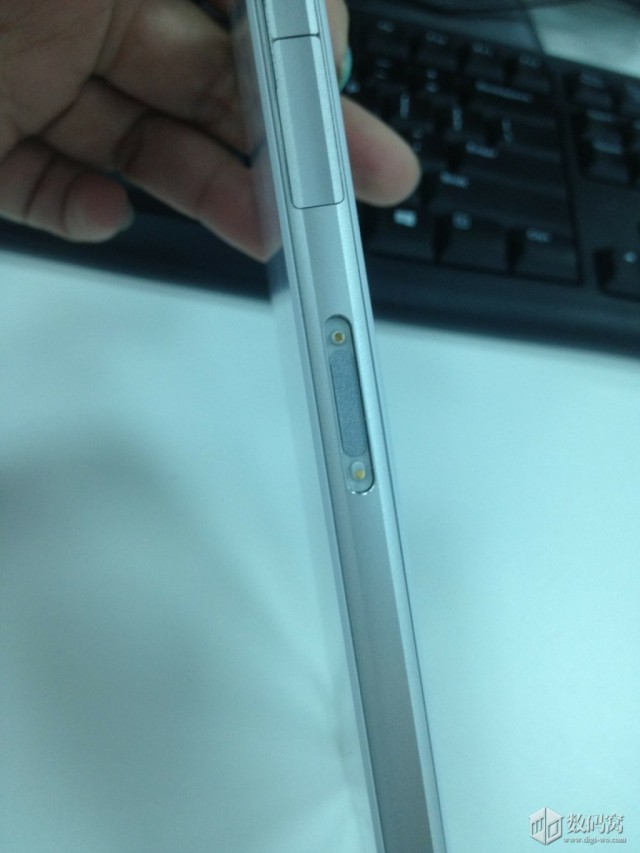 Magnetic dock pins in White Xperia Honami