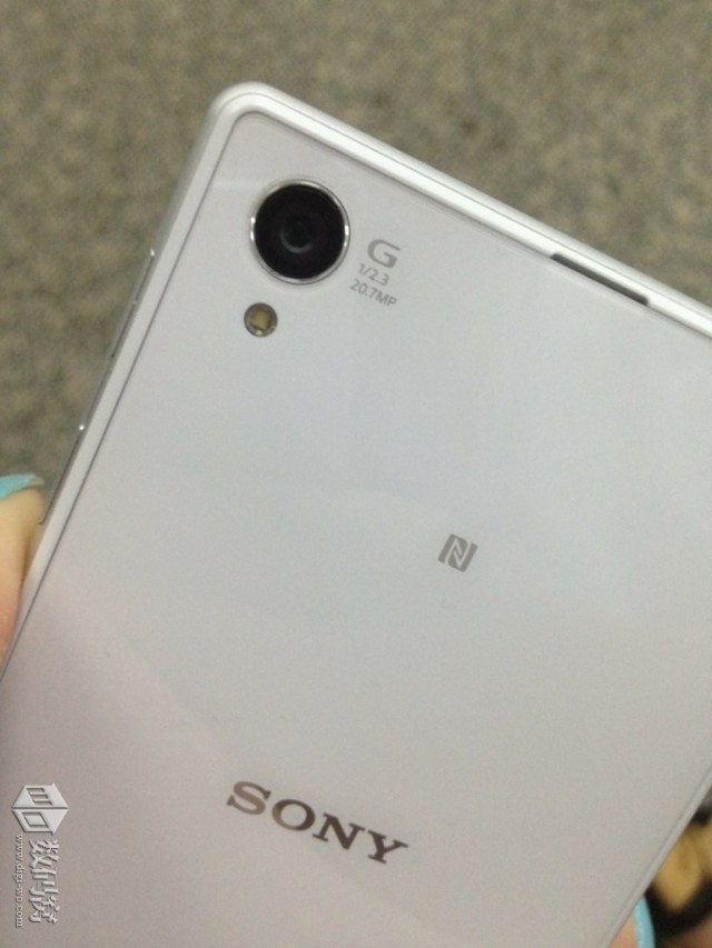 White Xperia Honami 20.7 MP cam with G-Lens