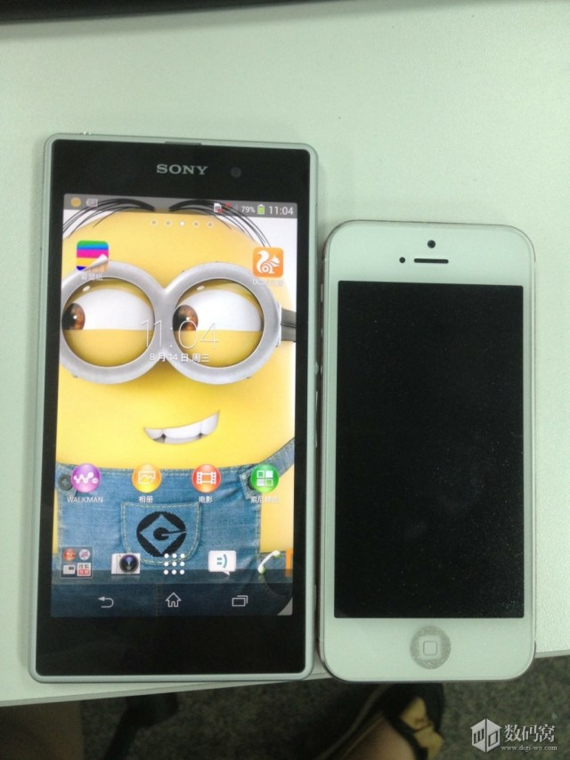 White Xperia Honami Vs iPhone 5
