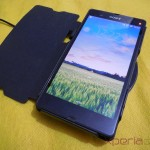 Muvit Sony Xperia Z wireless charging pack - Xperia Z ( Flip on cover ) placed on Charging Pad