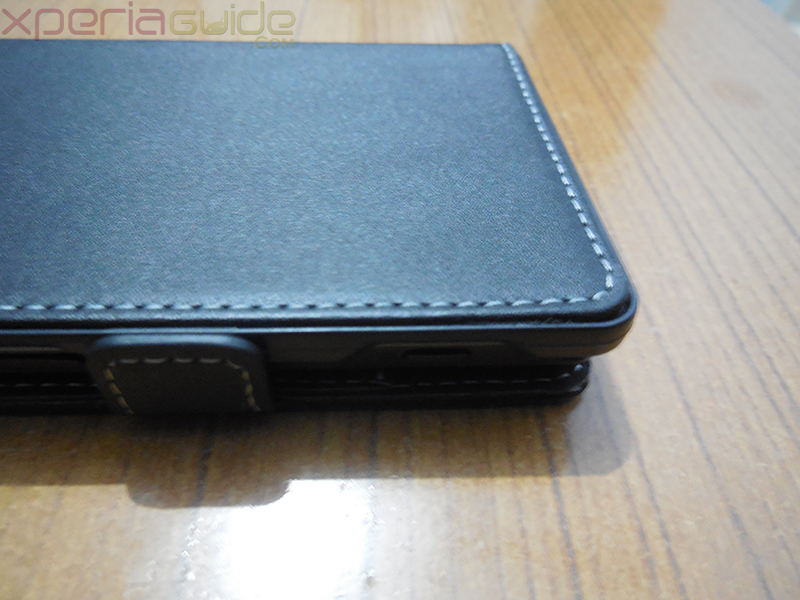 External camera shutter button in Muvit case