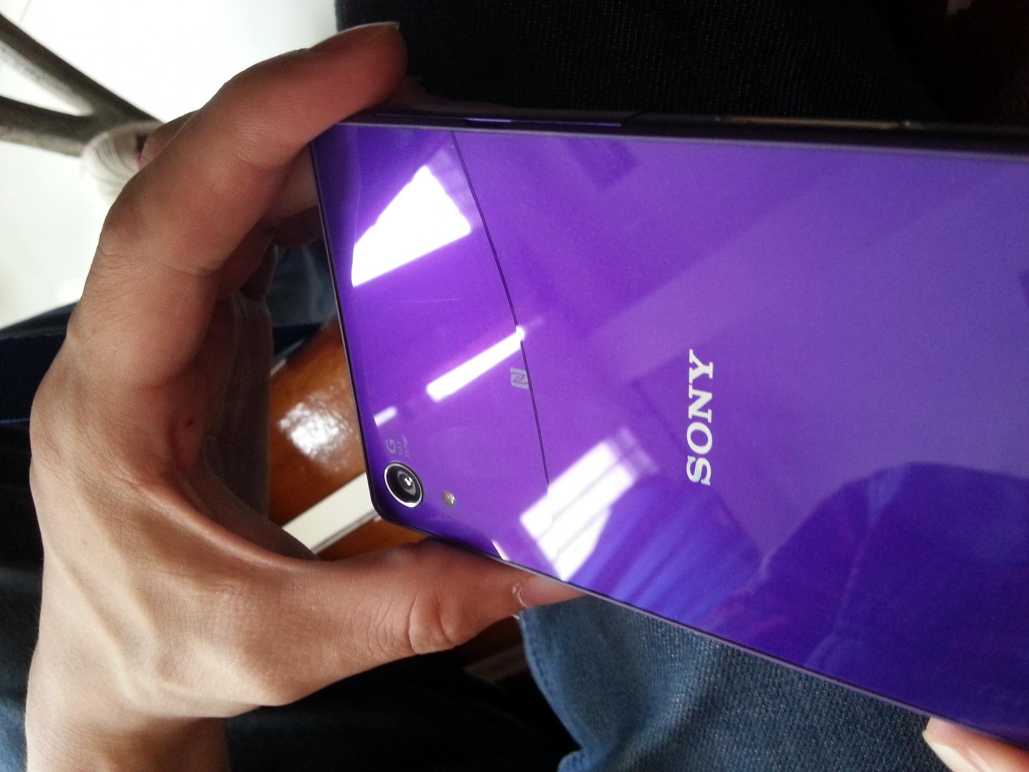 Xperia Z2 self cracking screen issue