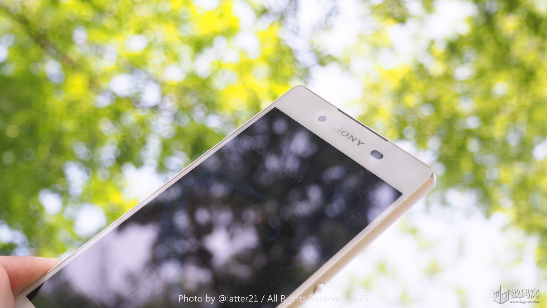 White Xperia Z3+ 1080p display
