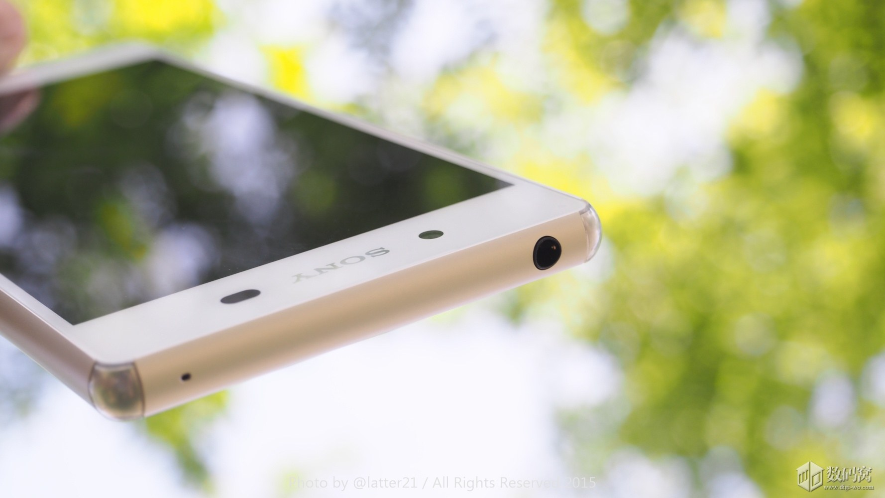 White Xperia Z3+ 3.5 mm headphone jack