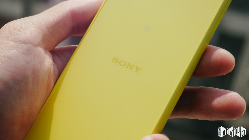 "Xperia Z5 Compact ""Sony"" branding on back panel"