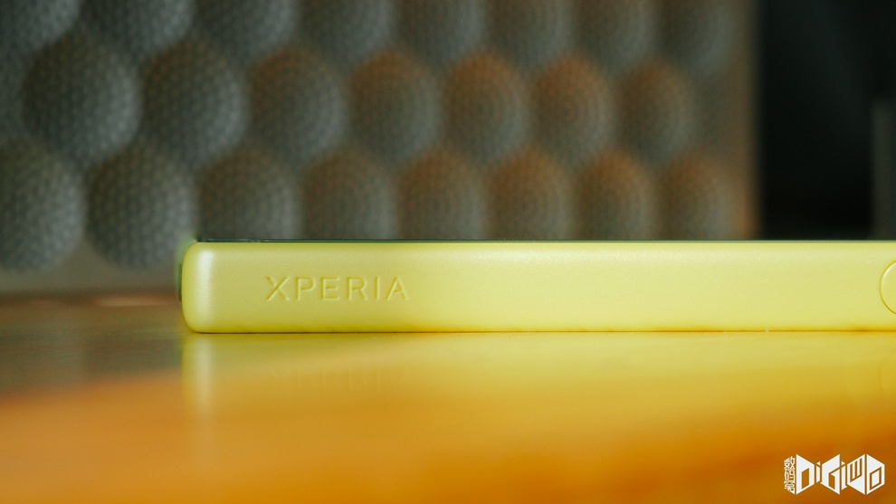 "Xperia Z5 Compact ""Xperia"" branding on sides"